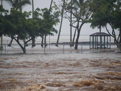 Vista de las inundaciones provocadas por las lluvias del huracán Lane en Hilo, Hawái, Estados Unidos, este viernes.
