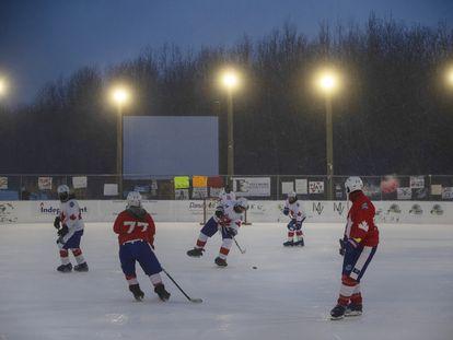 """Una imagen del """"Partido de hockey más largo del mundo"""", la madrugada del 11 de febrero en Edmonton, Canadá."""