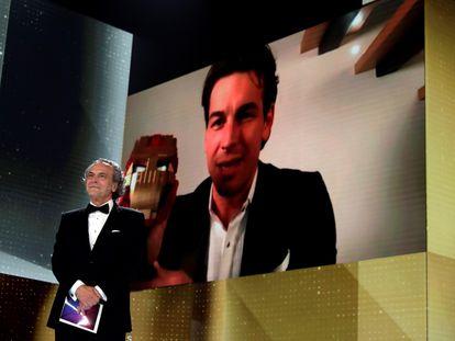 Mario Casas recibe el Goya a mejor actor protagonista con una cabeza de Iron Man a falta del galardón original.