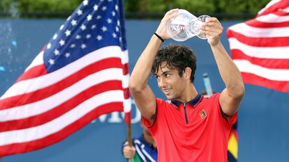 NEW YORK, NEW YORK - SEPTEMBER 11: Daniel Rincon of Spain celebrates with the championship trophy after defeating Juncheng Shang of China during their Boys' Singles final match on Day Thirteen of the 2021 US Open at the USTA Billie Jean King National Tennis Center on September 11, 2021 in the Flushing neighborhood of the Queens borough of New York City.   Matthew Stockman/Getty Images/AFP == FOR NEWSPAPERS, INTERNET, TELCOS & TELEVISION USE ONLY ==