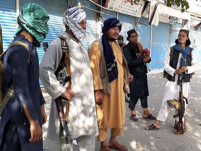 Combatientes talibanes hacen guardia en Kunduz, el 9 de agosto.