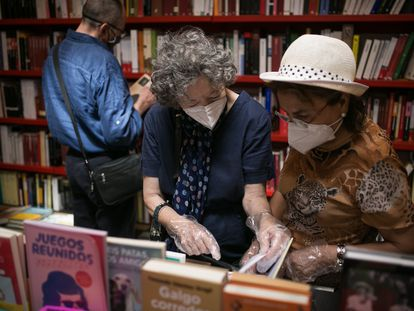 Dos lectoras en una librería de Barcelona, el pasado mes de julio.