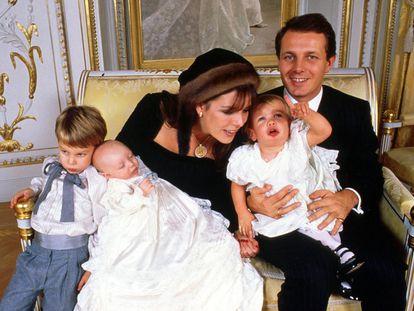 Carolina de Mónaco y Stefano Casiraghi el 28 de diciembre de 1987, en el bautizo de su hijo menor Pierre y con sus otros dos hijos Andrea y Carlota.