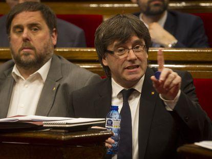 Carles Puigdemont y Oriol Junqueras en el Parlamento catalán.