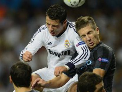 Cristiano Ronaldo cabecea el balón a pesar de la oposición de Nastasic.