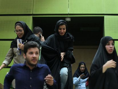 Interior del parlamento durante el atque en Teherán.