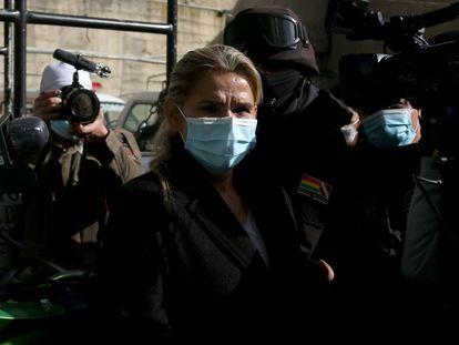 Jeanine Áñez, expresidenta interina de Bolivia, escoltada por agentes bolivianos, el sábado 13 de marzo.