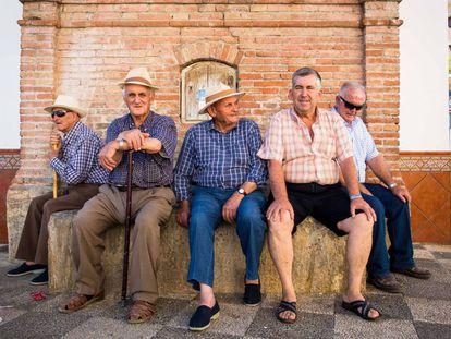 Vecinos en la plaza del pueblo de Zafarraya (Granada).