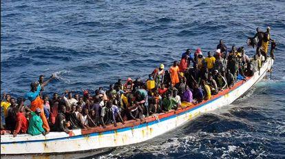 Cayuco con el motor averiado rescatado por el marisquero Riodomar Cuarto con 215 inmigrantes a bordo en aguas mauritanas.