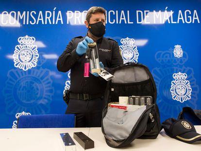 Antonio Arcos, jefe de la Brigada Móvil de la Policía Nacional en Málaga, muestra uno de los dispositivos usados para esconder las cámaras, este viernes.