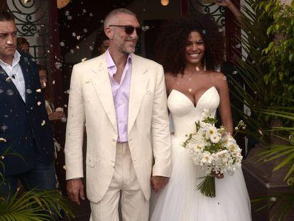 El actor francés Vincent Cassel y la modelo Tina Kunakey después de la ceremonia de boda este viernes en Francia.
