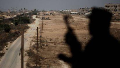 Un guarda de seguridad de Hamás vigila la frontera entre Gaza y Egipto el mes pasado.