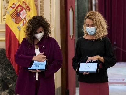 La ministra de Hacienda, María Jesús Montero, entrega a la presidenta del Congreso, Maritxell Batet, el proyecto de Presupuestos.