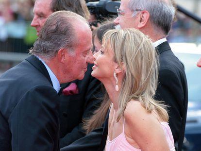 Juan Carlos I y Corinna Larsen se saludan en Barcelona en 2006.