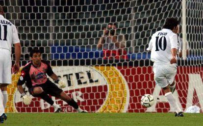 Figo tira un penalti a Buffon en la vuelta de semifinales de 2003.