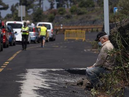 Un vecino afectado por el corte de la carretera LP2 dirección Jedey, La Palma.