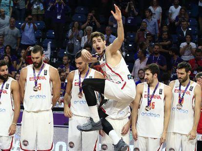 Los jugadores de España, en el podio del Eurobasket.