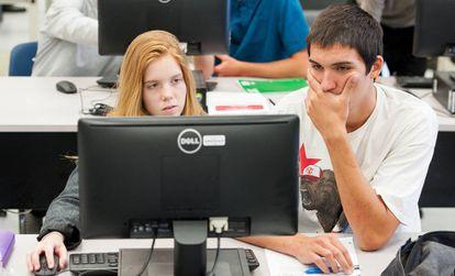 Dos adolescentes, ante un ordenador en una escuela de secundaria en el Estado de California.
