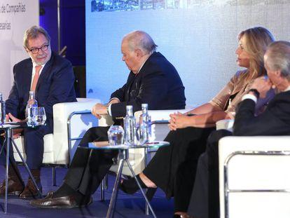 De izquierda a derecha, Juan Luis Cebrián, Enrique Iglesias, Trinidad Jiménez y Josep Piqué en el I Congreso Iberoamericano para Presidentes de Compañías y Familias Empresarias