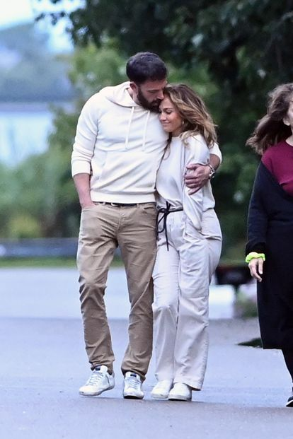 Jennifer Lopez y Ben Affleck se abrazan en una imagen captada en julio de 2021 en la zona de los Hamptons, en Nueva York.