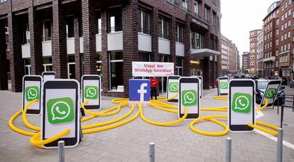 Protesta contra el robo de datos por parte de WhatsApp frente a la sede de la compañía en Hamburgo (Alemania).