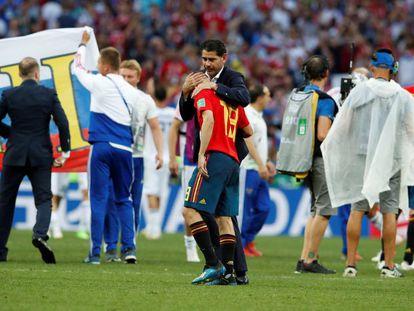 Fernando Hierro abraza a Jordi Alba tras la eliminación de España del Mundial de Rusia.
