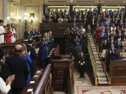 Diputados y senadores aplauden el discurso del Rey en el Congreso.