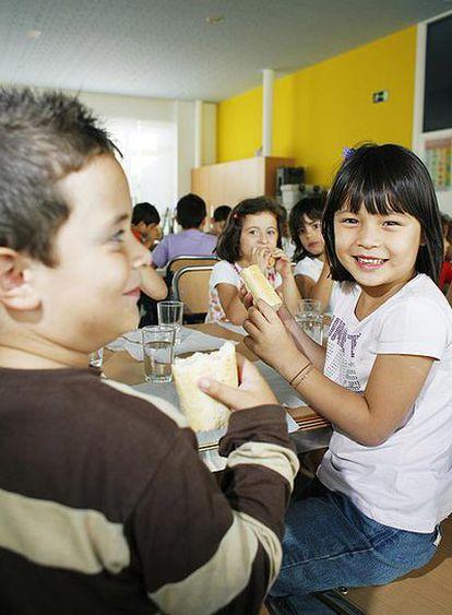 Alumnos de la escuela infantil de Milladoiro (Ames) merendando, ayer, en el centro.