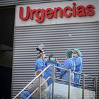 GRAF6005. ALCALÁ DE HENARES, 05/04/2020.- Personal sanitario en la entrada de urgencias en el hospital de Alcalá de Henares, este domingo, en el inicio de la cuarta semana del estado de alarma decretado por el Ejecutivo para luchar contra el coronavirus. EFE/Fernando Villar