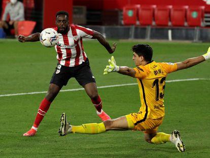 Iñaki Williams bate a Bono para hacer el gol del triunfo del Athletic.