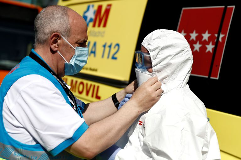 Trabajadores sanitarios participan en la desinfección de dos autobuses de la Autoescuela Lara cedidos para el traslado de pacientes de COVID-19 entre hospitales de la Comunidad de Madrid.