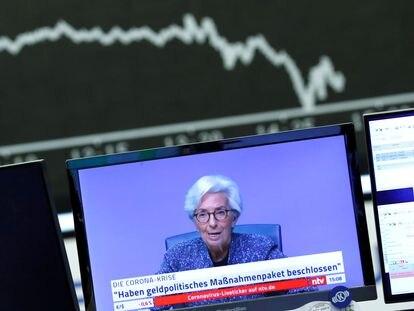 Una pantalla muestra la comparecencia de Christine Lagarde, presidenta del Banco Central Europeo, el pasado 12 de marzo