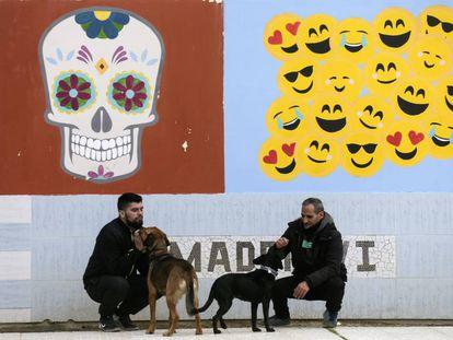 Fernando López y Javier González, junto a Sam y Noa en el centro penitenciario Madrid VI de Aranjuez.