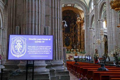 Un anuncio de advertencia en la Catedral de Ciudad de México.