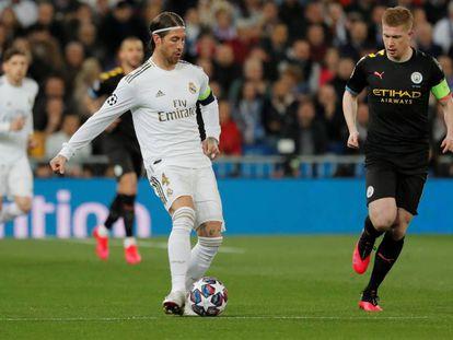 Ramos da un pase ante De Bruyne.
