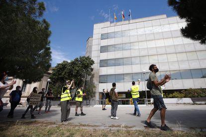 Trabajadores en ERTE que no han cobrado el paro protestan ante la delegación en Barcelona del SEPE, el servicio estatal de empleo.
