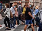 GRAFCAV6917. BILBAO (ESPAÑA), 23/07/2021.- Un grupo de ciudadanos camina por las calles de Bilbao protegidos con mascarillas. El decreto del lehendakari que impone un mayor uso de la mascarilla en espacios exteriores y limita los horarios en hostelería y en actividades culturales y sociales ha sido publicado este viernes en el Boletín Oficial del País Vasco (BOPV), de manera que ya está en vigor. EFE/Miguel Toña.