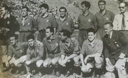 Eizaguirre, Asensi, Parra, Alonso, Silva, Puchades, Ramírez (secretario RFEF); agachados: Basora, Rosendo Hernández, Zarra, Panizo, Juncosa y Benito Días (entrenador).
