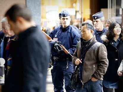 La Asamblea Nacional francesa decidió este jueves casi por unanimidad prolongar durante tres meses la duración del estado de emergencia en el país y reforzar ese régimen de excepción. En la imagen, agentes CRS patrullan la zona de Opéra en París.