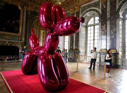 Una de las obras de Jeff Koons que se exponen en el palacio de Versalles.