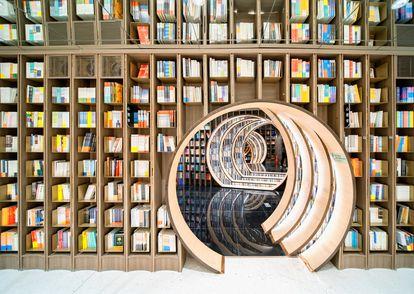 Entrar en la librería Zhongshuge, en Pekín (China), diseñada por Studio XL-Muse con suelos de espejo y una luz envolvente, es como adentarse en un túnel espacio temporal, como los libros que te proponemos para regalar esta Navidad.  