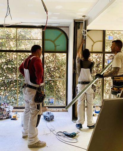 Trabajos de remodelación y cambio en los ventanales del restaurante.