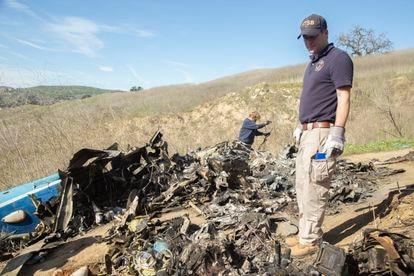Miembros del equipo de investigadores examinan la zona del accidente del helicóptero en el que falleció Kobe Bryant y ocho personas más en enero de 2020.