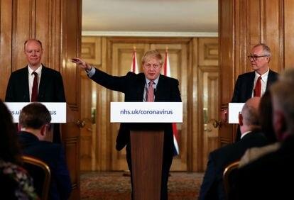 Boris Johnson, junto a los doctores Chris Witty y Patrick Vallance, anuncia este jueves nuevos planes contra el coronavirus.