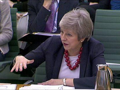 La primera ministra de Reino Unido, Theresa May, este jueves, ante una comisión del Parlamento británico