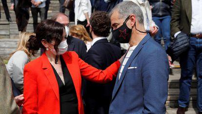 La presidenta de la Comunidad de Madrid y candidata a la reelección, Isabel Díaz Ayuso, y Toni Cantó, este miércoles en el Auditorio del Parque Lineal del Manzanares.