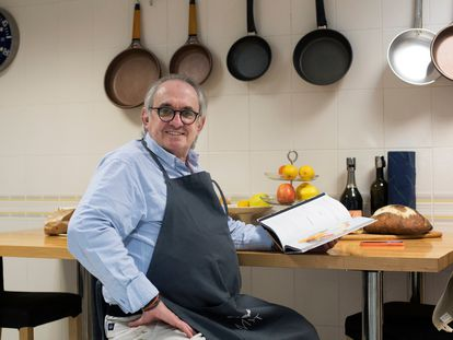Rafael Antonín, @Rafuel55, uno de los cocineros más influyentes en las redes de España con más de 500.000 seguidores en Instagram, en la cocina de su casa de Barcelona.