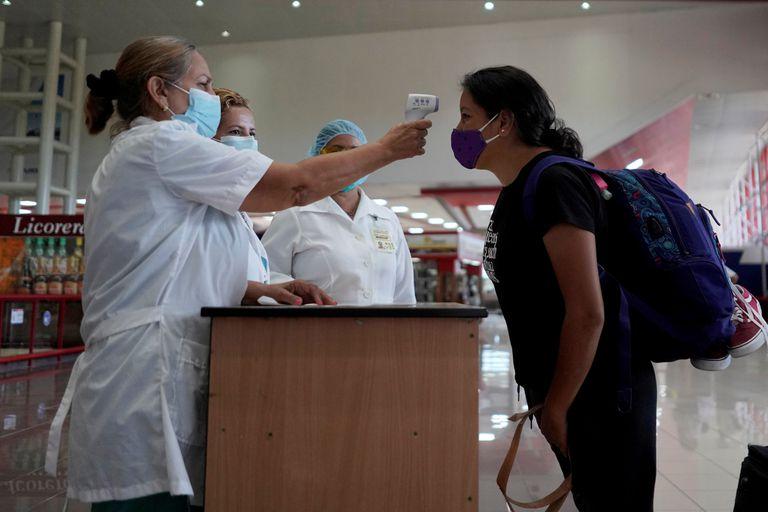 Una turista, en un control sanitario del Aeropuerto José Martí, de la Habana.