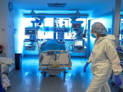 Personal médico de una UCI en el hospital Puerta de Hierro, en Madrid, este jueves.
