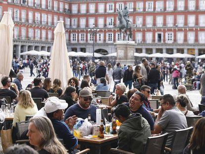 Clientes de un bar en la Plaza Mayor de Madrid